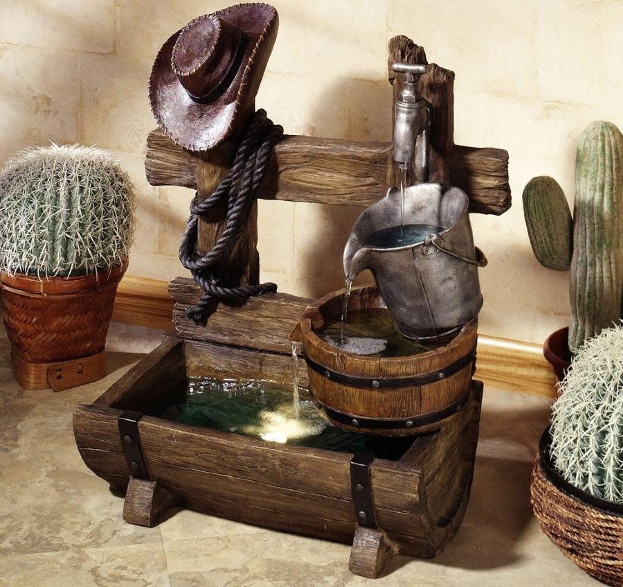Деревянный декоративный фонтан на столике в зале