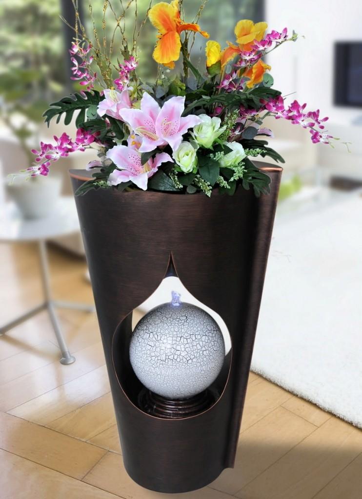 Настольный фонтан в виде вазы с цветами