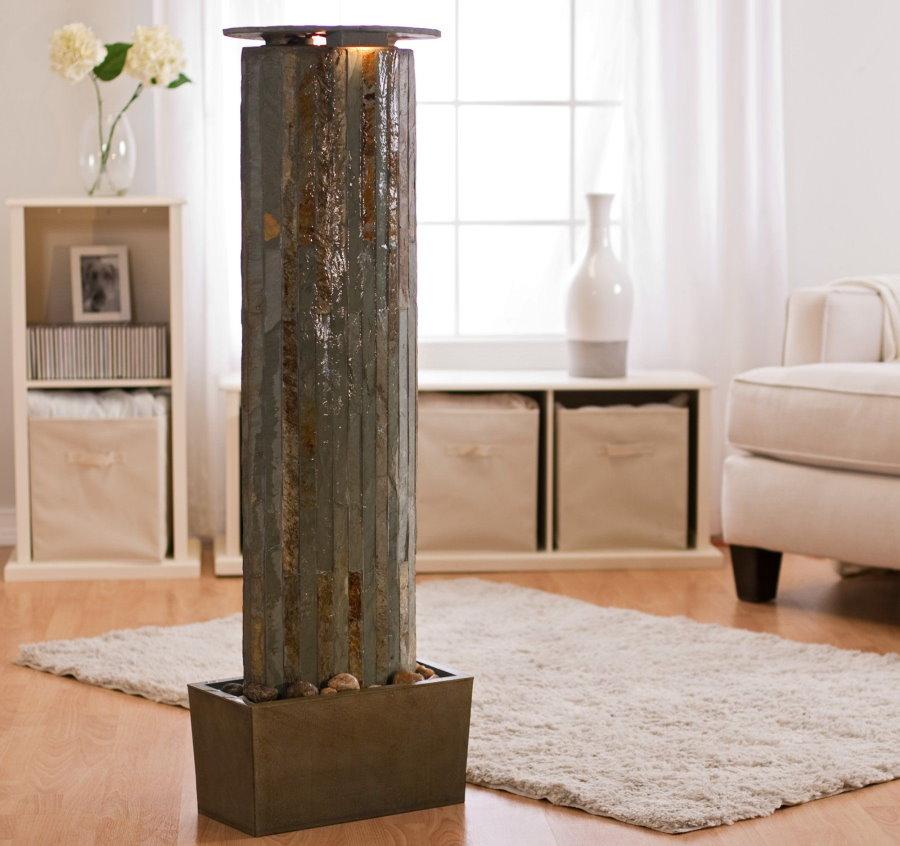 Высокий декоративный фонтан из природного камня