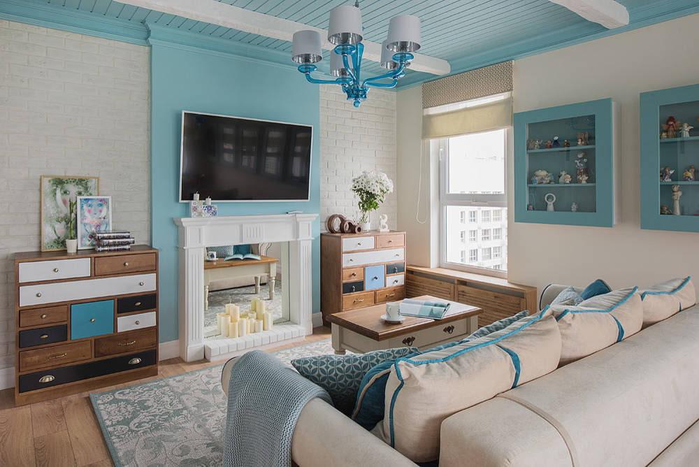 Интерьер гостиной с декоративным камином