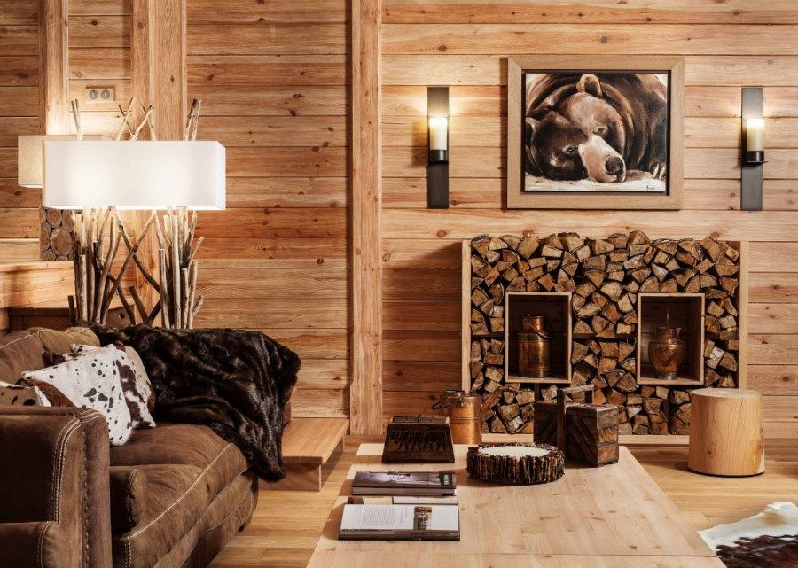 Сосновые доски на стене гостиной дачного домика