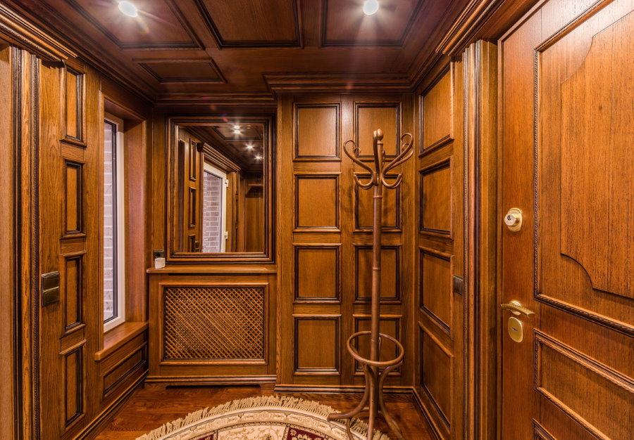 Деревянная отделка прихожей в стиле классики