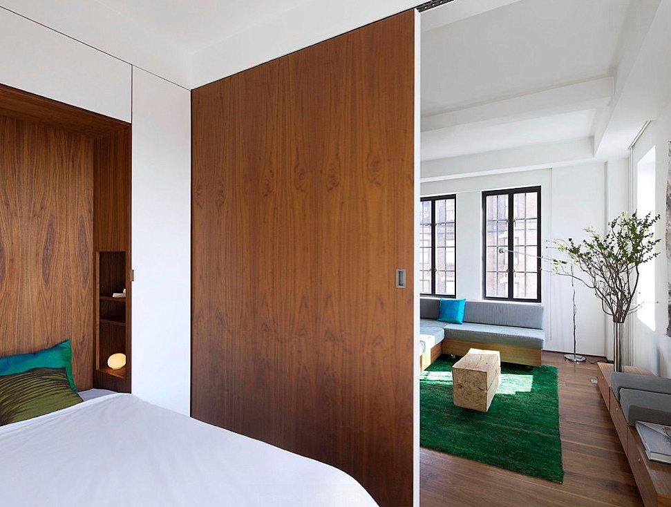 Деревянная перегородка в спальне-гостиной