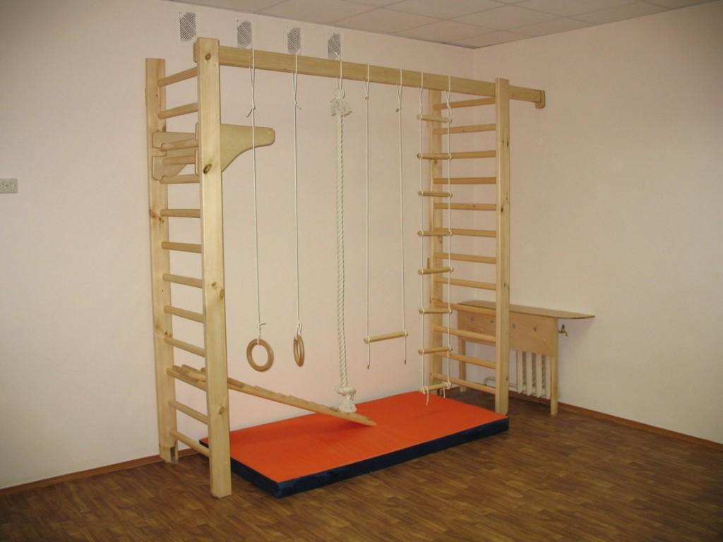 Деревянная спортивная стенка в просторной детской