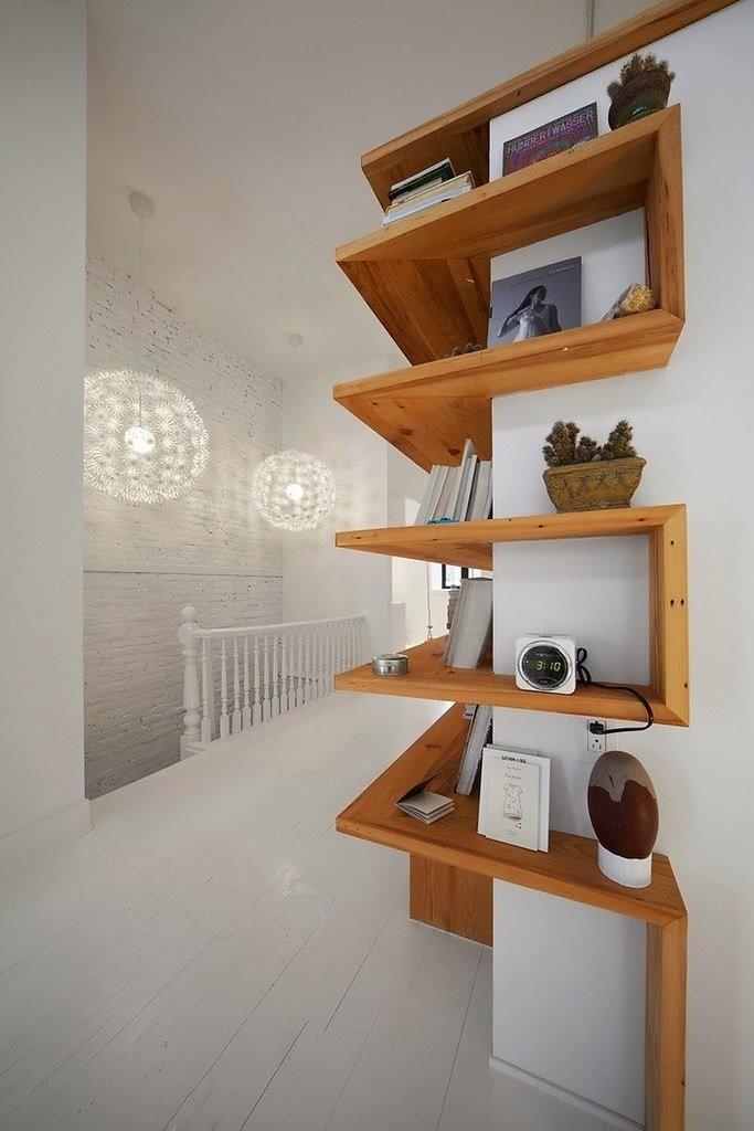 Деревянные полки на углу комнаты