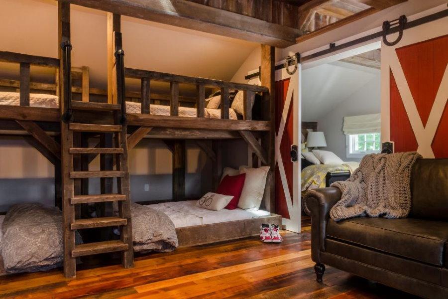 Деревянные кровати в просторной спальне для мальчиков