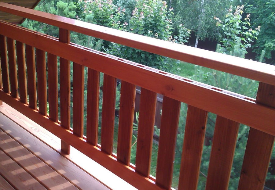 Балкон мансарды с перилами из дерева