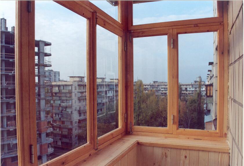 деревянные рамы на балконе