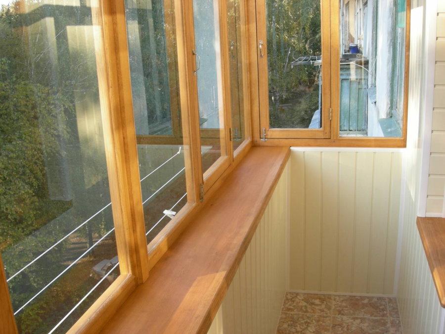 Деревянные рамы на утепленном балконе