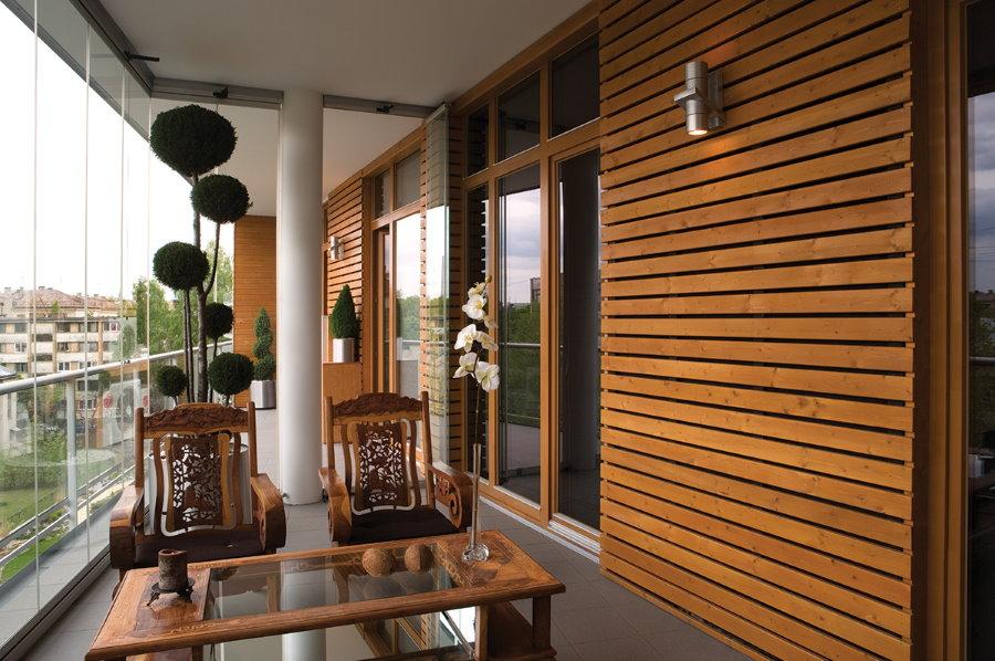 Деревянные рейки на стене утепленного балкона