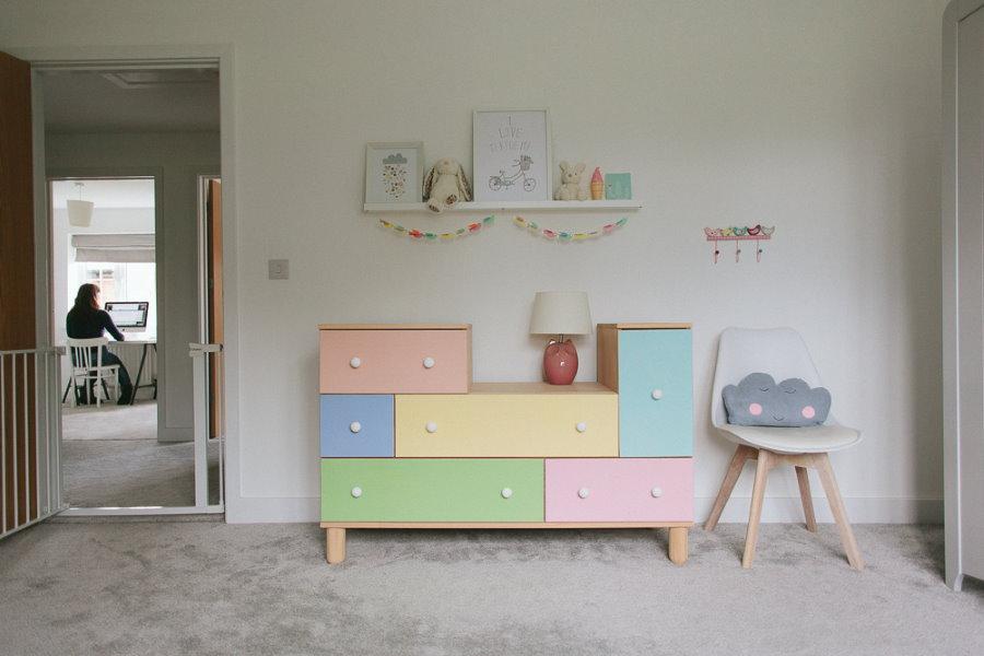 Мебель из дерева в комнате маленького ребенка