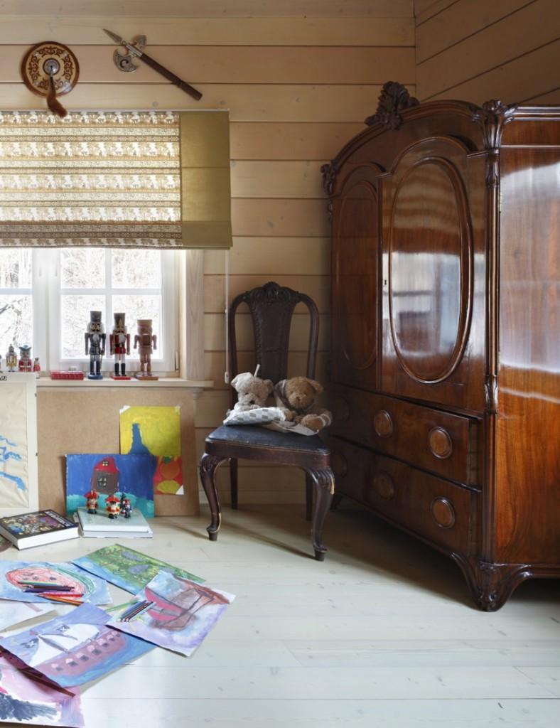 Деревянный шкаф в детской спальне