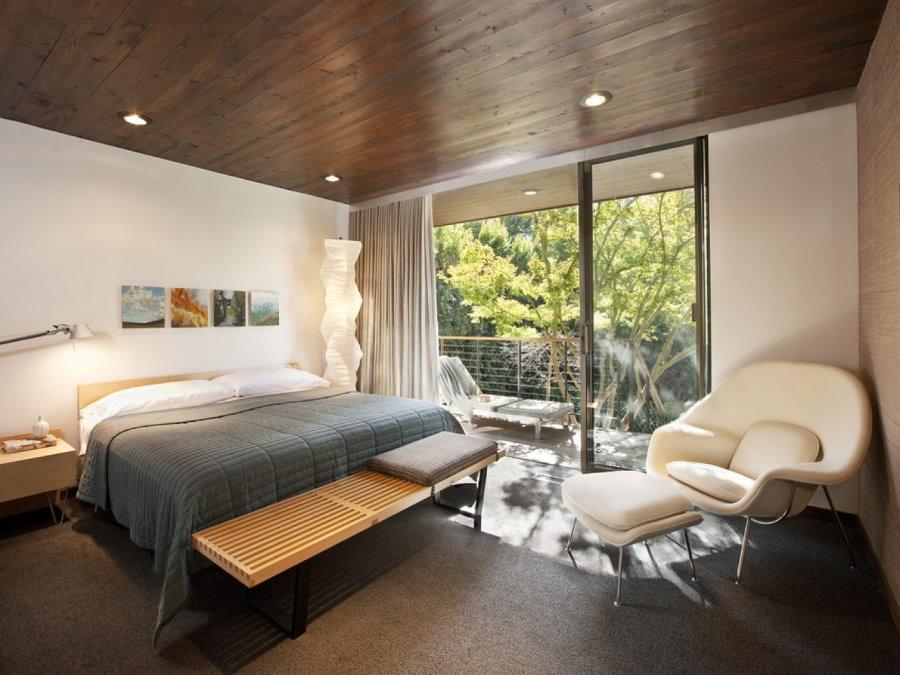 Спальная комната с деревянным потолком