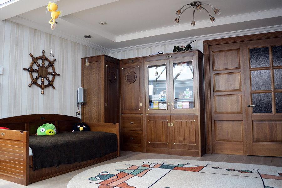 Деревянный шкаф углового типа в детской морского стиля
