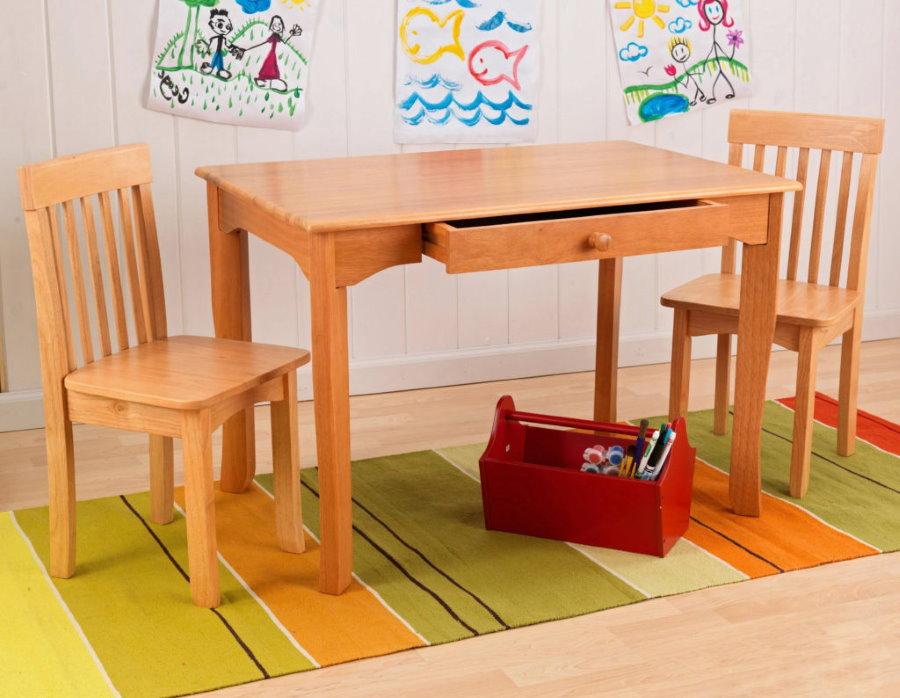 Небольшой столик из массива сосны для маленького ребенка