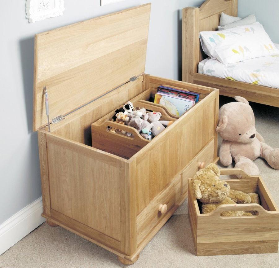Ящик из массива для детских вещей и игрушек