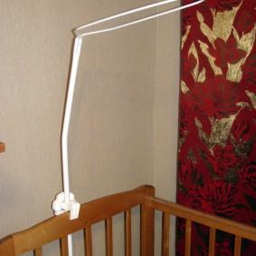 Пластиковый держатель для балдахина на детской кровати