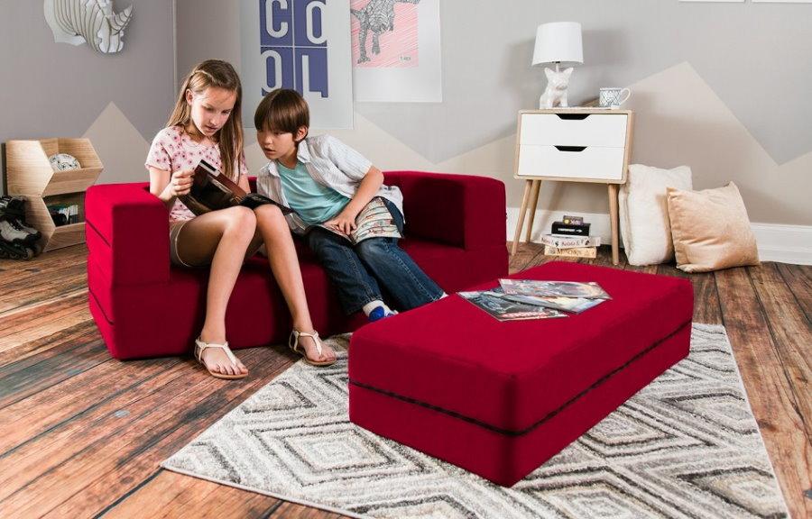 Разнополые дети на небольшом диванчике