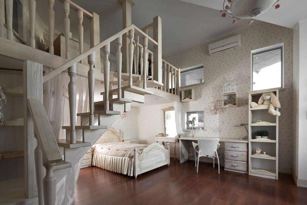 Деревянная лестница в комнате девочки