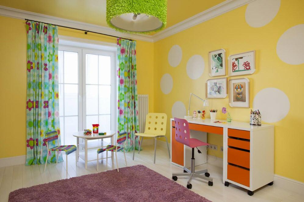 Белые круги на желтой стене детской комнаты