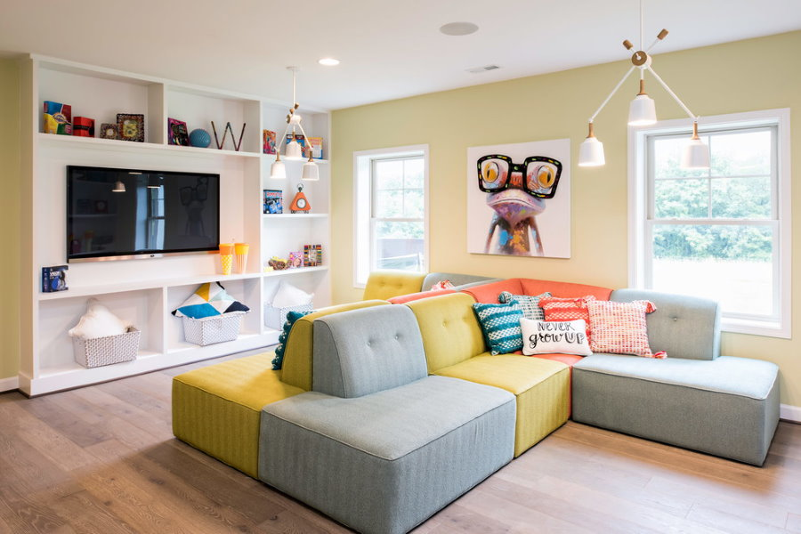 Двусторонний диван в игровой комнате