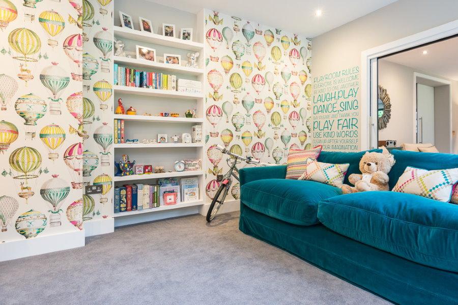 Темно-синий диван в комнате двоих детей