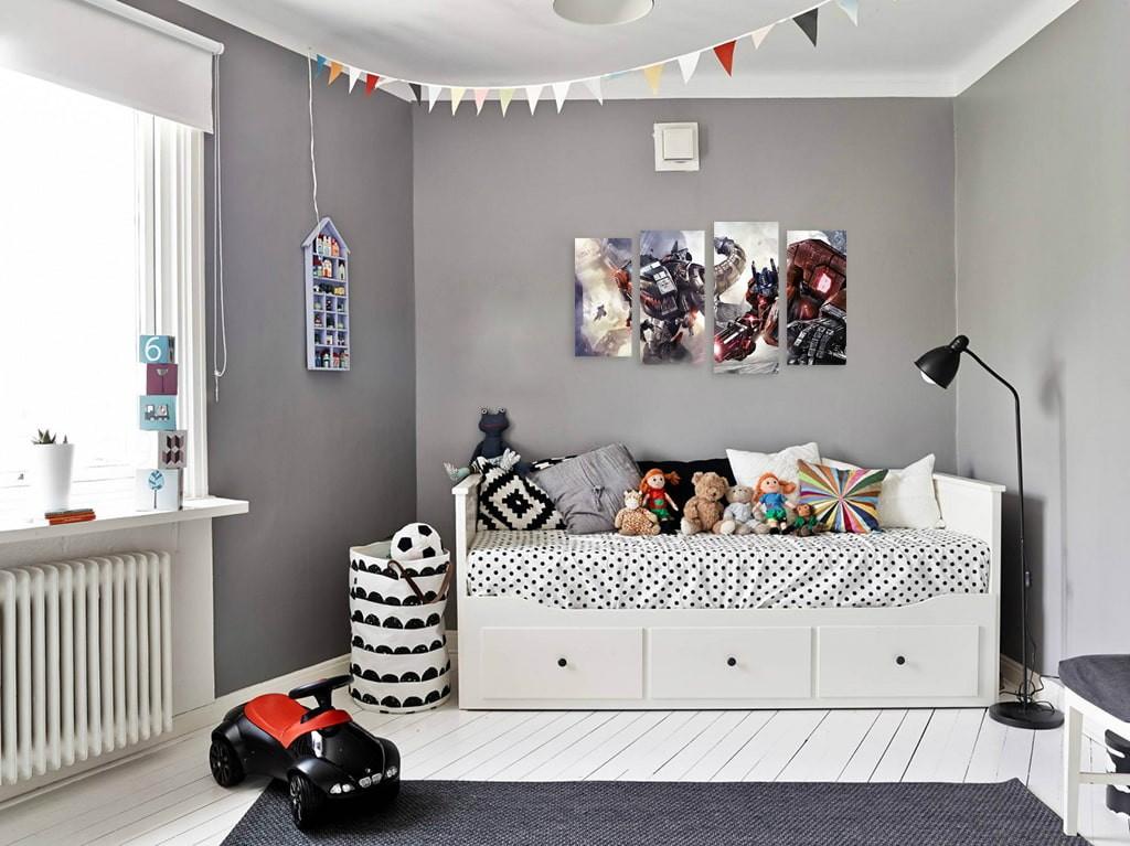Белый диванчик в интерьере детской спальне