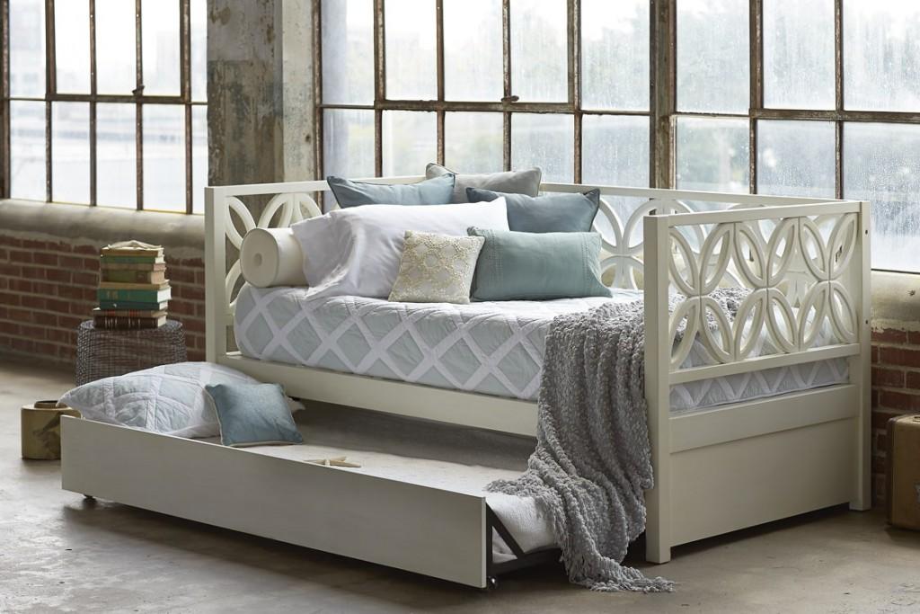 Деревянная кровать-диван для малогабаритной детской