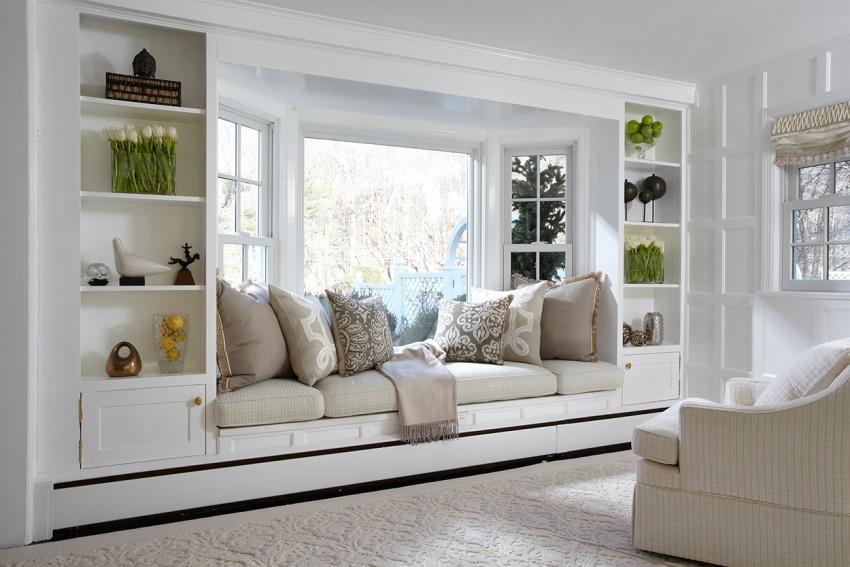 Удобный диван между шкафами в эркере
