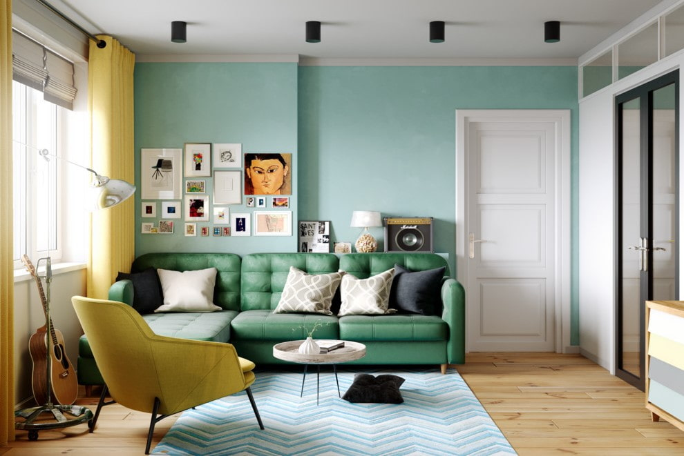 Зеленый диван в гостиной с двумя дверями