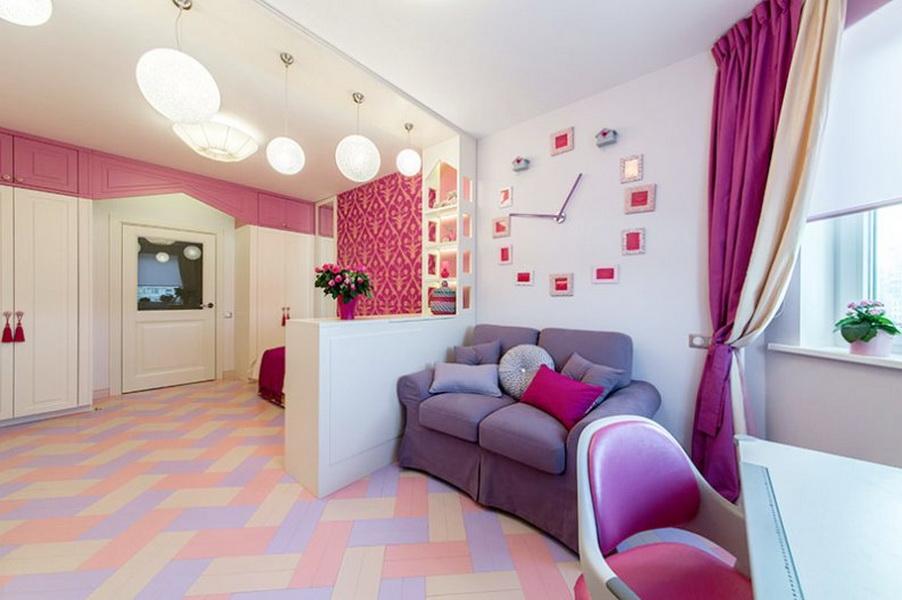 Небольшой диван в комнате девочки школьного возраста