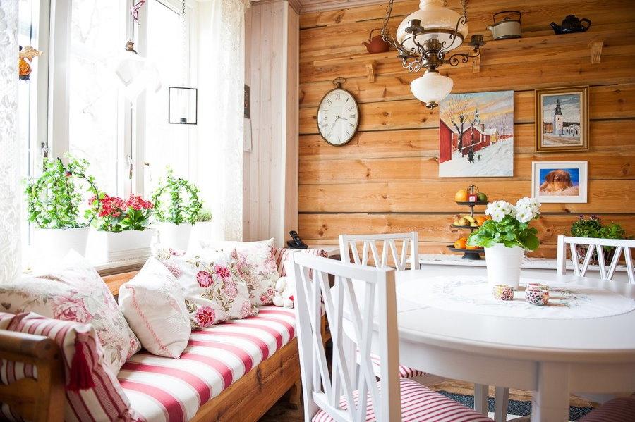 Уютная гостиная в маленьком дачном домике