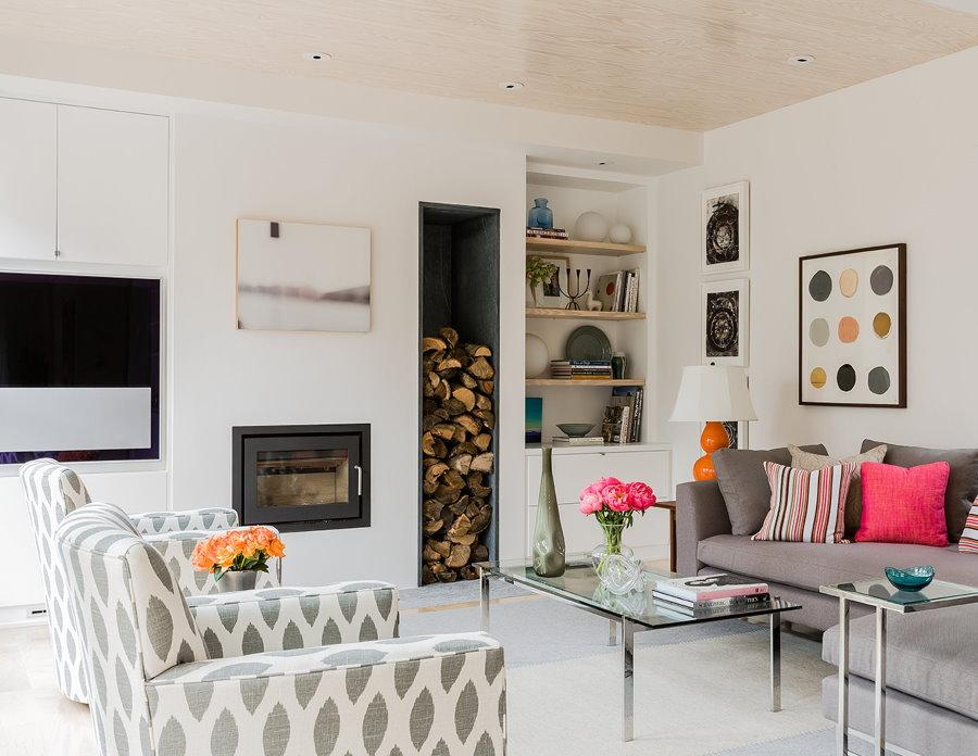 Дрова в интерьере гостиной скандинавского стиля