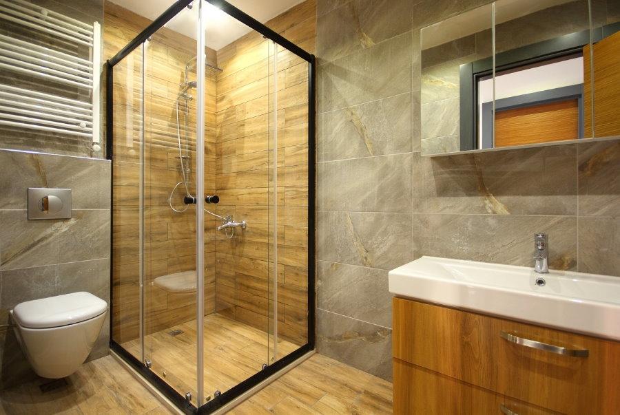 Угловой душ в санузле городской квартиры
