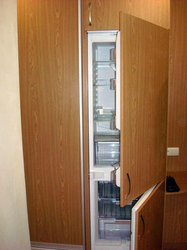 Панели из ДСП на дверцах встроенного холодильника