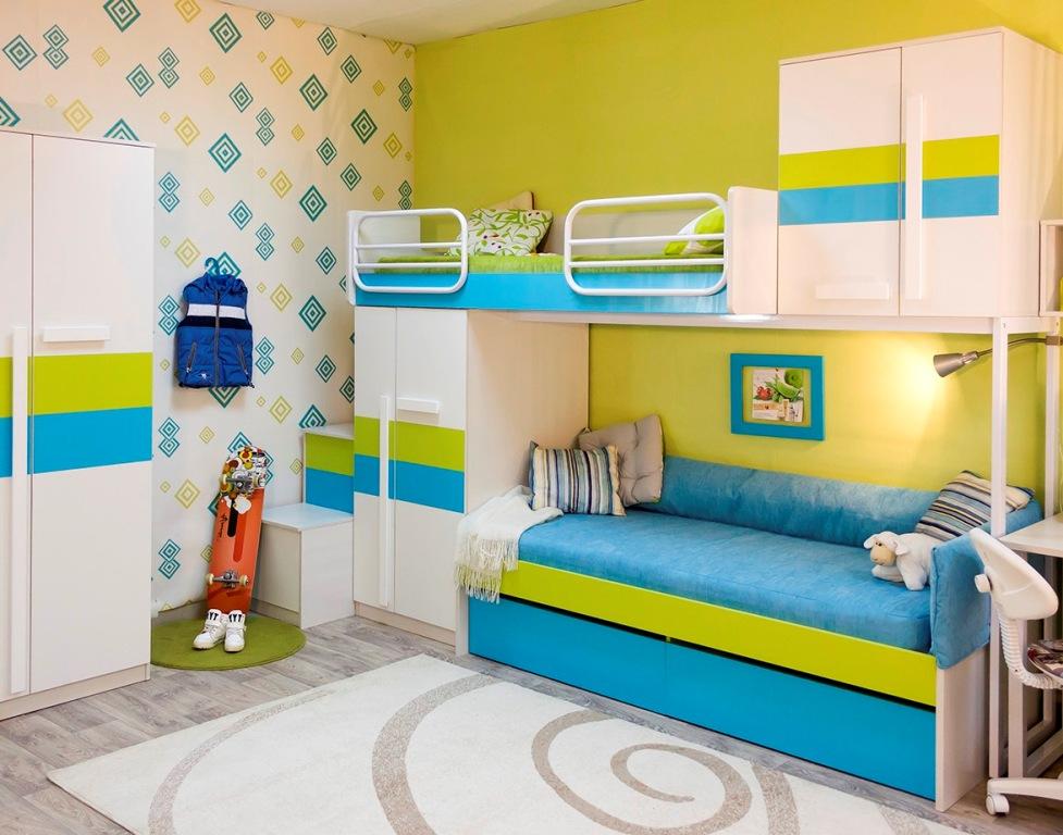 Компактная модульная мебель в комнате мальчиков
