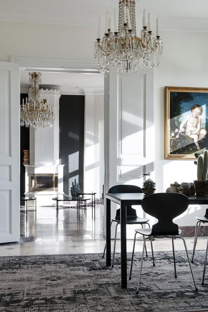 Черная мебель в эклектичной гостиной комнате