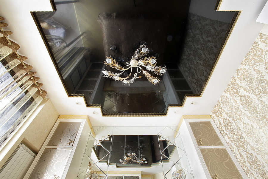 фигурный потолок с люстрой
