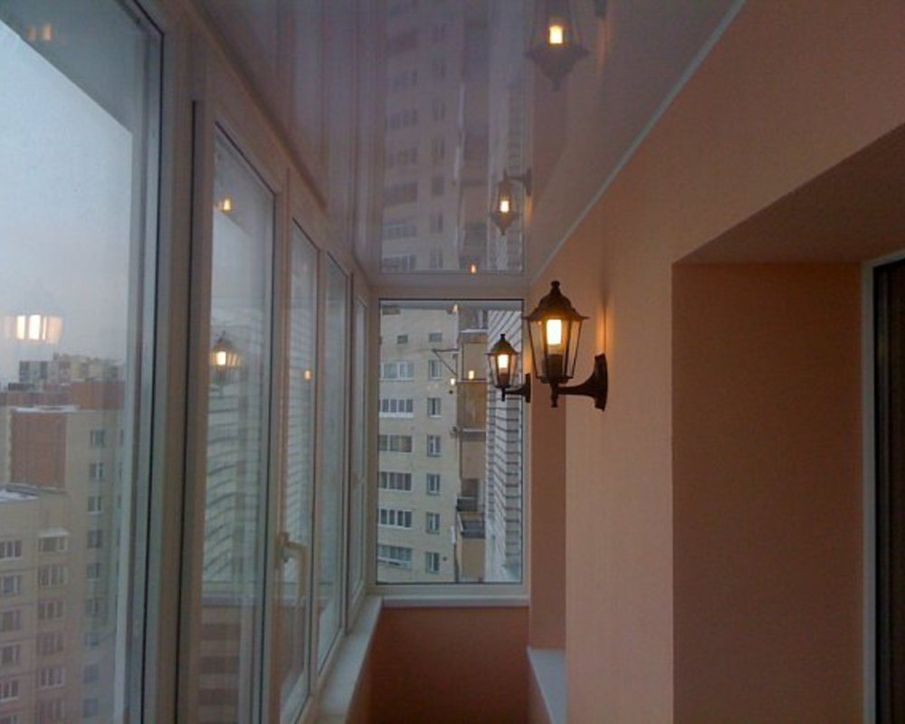 Садовый фонарь на стене застекленного балкона