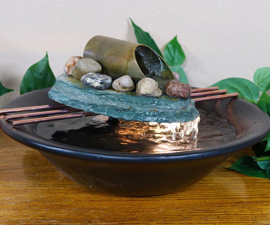 Миниатюрный фонтанчик в фарфоровой тарелке