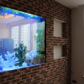 Кирпичная стена со встроенным аквариумом