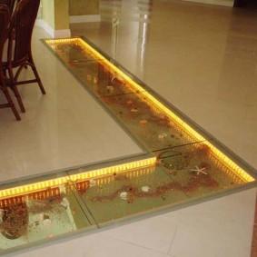 Пол гостиной комнаты со встроенным аквариумом