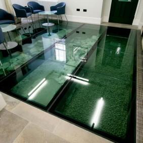 Стеклянный пол с аквариумом в гостиной