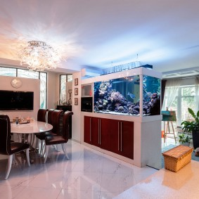 Белая гостиная с аквариумом в интерьере