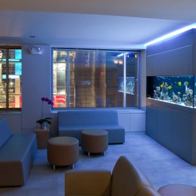 Декоративная подсветка перегородки с аквариумом