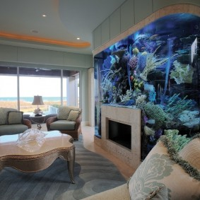 Камин в стене со встроенным аквариумом