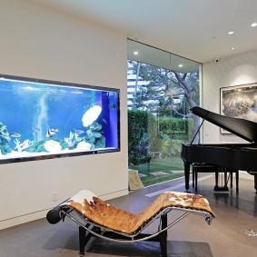 Встроенный аквариум в комнате с черным роялем