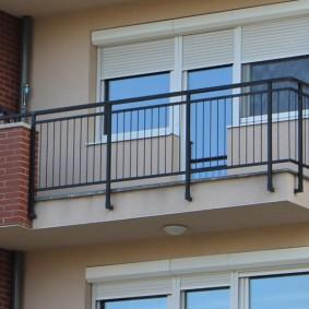 Открытый балкон с металлическими перилами