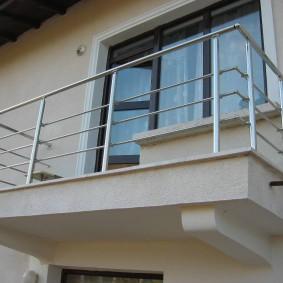 Нержавеющие перила на открытом балконе