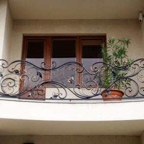 Кованное ограждение на балконе частного дома
